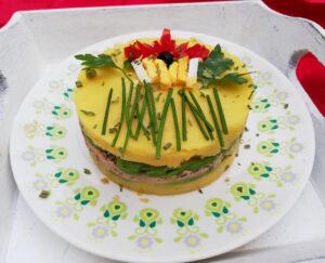 Prachtige Peruaanse causa met tonijn en avocado